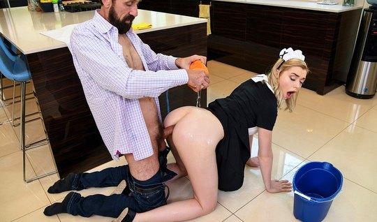 Девушка горничная в позе раком подставляет попу для анала...