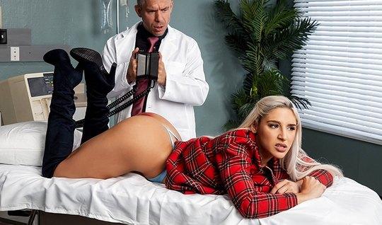 Блондинка с большой жопой у врача в кабинете занимается анал...