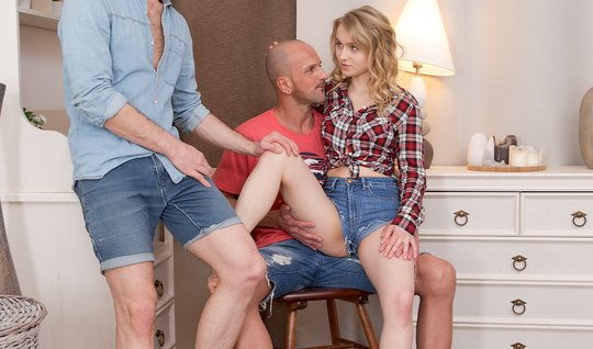 Лысый парень и ее друг подарили русской блондинке двойное пр...