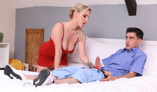 Мамочка помогает своему пасынку кончить и прыгает на его дли...