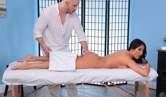 Брюнетка во время массажа занимается сексом и кончает от сек...
