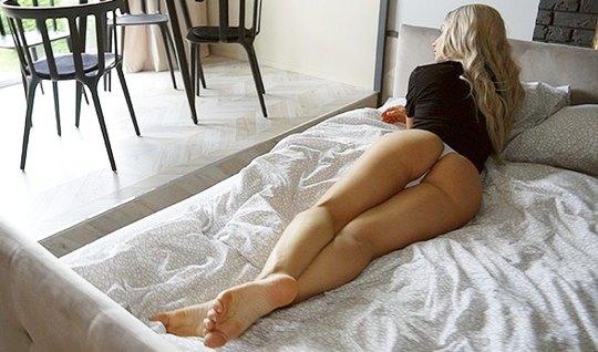 Блондинка с татуировками на теле сделала минет и согласилась...