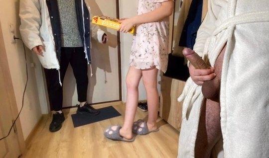 Русская девушка прямо в коридоре изменяет своему мужу с сосе...