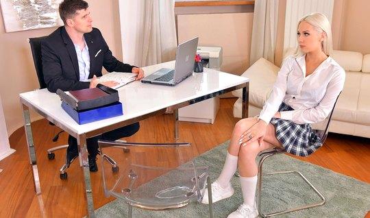 Блондинка задрала свою юбочку прямо в офисе и трахнулась с п...
