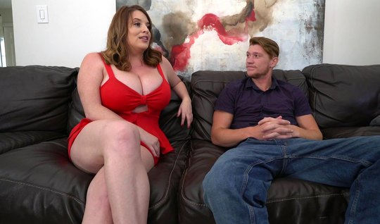 Толстая мамка спустила красное платье для секса с молодым па...
