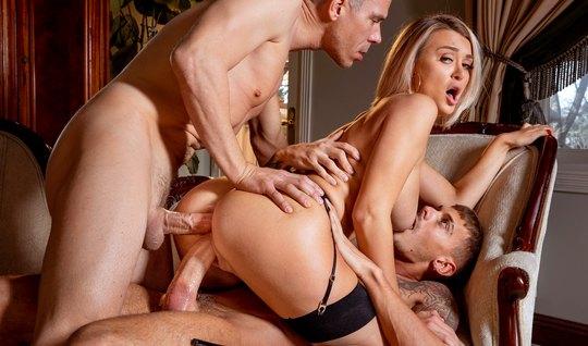 Красивая блондинка в чулках испытала восторг от двойного про...