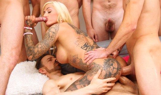 Блондинка с тату кончает во время группового анала с двойным...