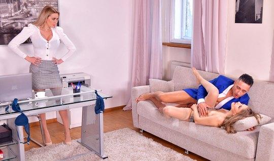 Красотка в офисе и ее подружка подарили мужчине групповой се...