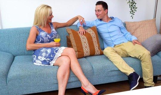 Зрелая блондинка насаживается мокрой дырочкой на член молодо...