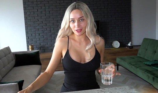 Блондинка согласилась сняться на камеру ради домашнего порно...