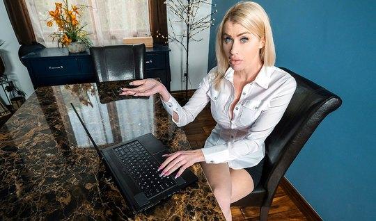 Мамка-блондинка стянула трусы с парня дочери и до яиц взяла ...