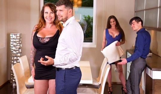 Зрелый бизнесмен поменялся с другом-свингером женами и оттра...