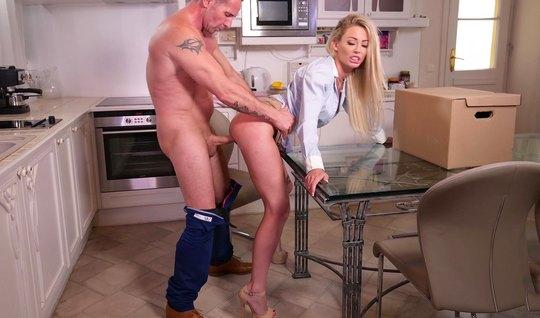 Бизнесмен с тату ставит раком премиум блондинку на кухне и д...