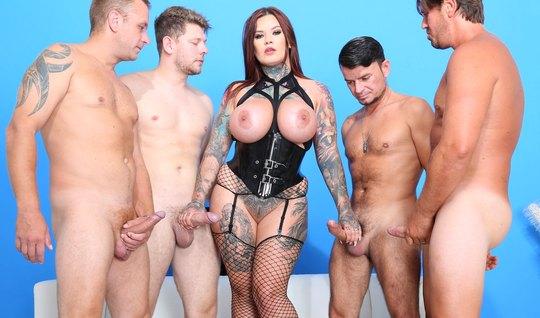 Татуированная девица в чулках трахается с четырьмя любовника...