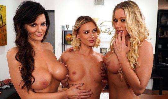 Три лесбиянки в офисе весь обед тратят на оральный групповой...