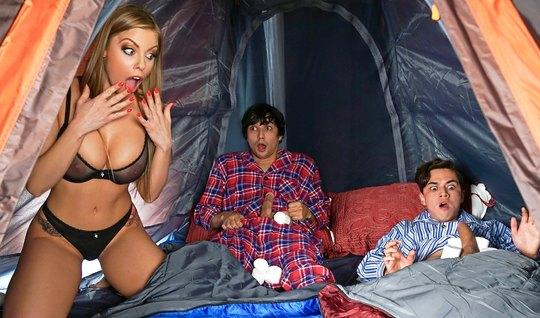 Мамка и два парня снимают в палатке групповое порно с оргазм...