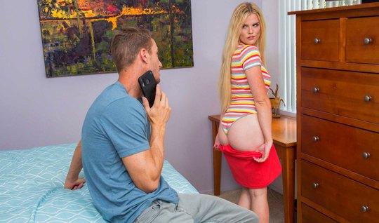 Блондинка скучала по красивому члену мускулистого учителя фи...