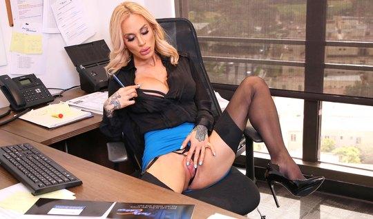 Бородатый директор ставит в офисе блондинку в чулках раком и...