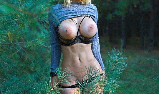 Ковбой мнет большие сиськи блондинки на природе и трахает ра...