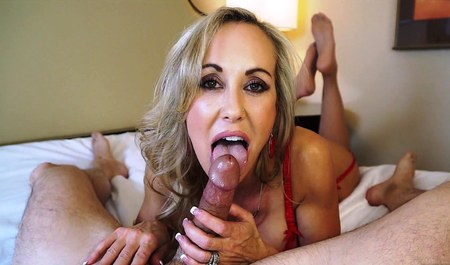 Дамочка охотно делает минет молодому любовнику при встрече...