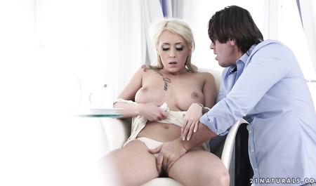Молодой друг порет в жопу блондинку Кристину Шайн