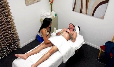 Минет на массаже и секс входит в прейскурант японки массажис...