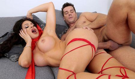 Любимый друг занимается сексом с милфой с шикарными сиськами...