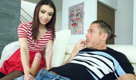 Местный докер дрочит и сношается в гостях у любимой девушки...