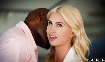 Шикарную блондинку жестко трахает негр с большим пенисом