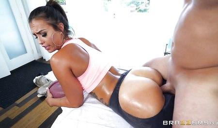 Лысый массажист занимается групповухой во время массажа с кл...