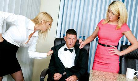 Две симпатичные блондинки устроили групповуху с парнем в офи...