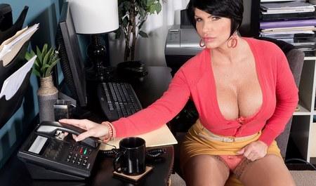 Грудастая брюнетка делает минет шефу в офисе...