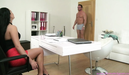 Крепкий мужичок в очках проходит кастинг на эротической студии