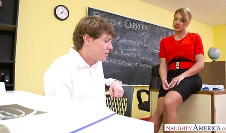 После уроков грудастая наставница порется с парнем-студентом в аудитории