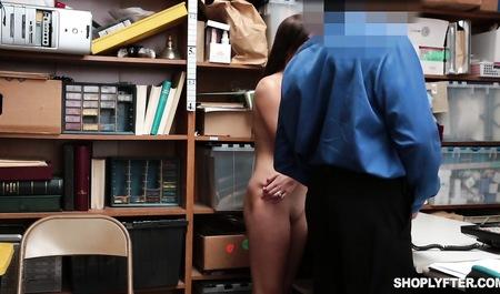 Попалась на воровстве и честно отработала косяк на столе, занимаясь сексом с охранником