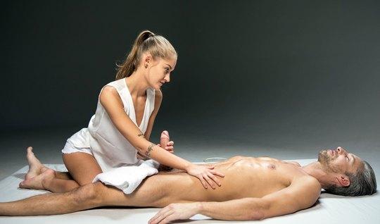 Подруга вместо массажа замутила мужику классный секс...