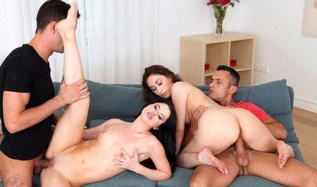 Две горячие девушки сношаются во все дырки в групповом сексе...