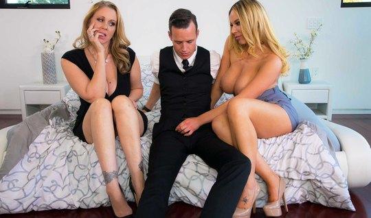 Парень забавляется групповухой с мачехой и ее любовницей...