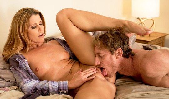 Милфа изменяет мужу с парнем в лучших традициях адюльтера...