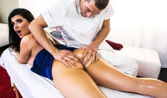Во время массажа мужик захотел выебать аппетитную суку...
