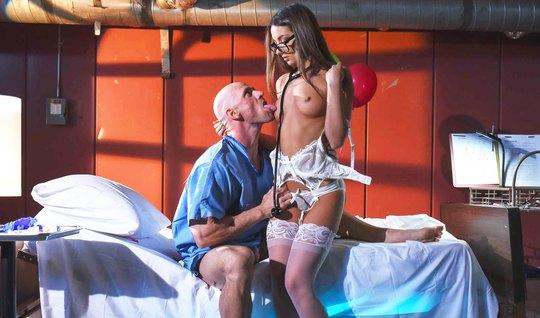 Лысый мужик подарил красотке страстный секс...