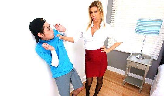 Грудастая училка заставила лизать пузду студента...