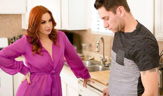Развратная мачеха захотела секса с пасынком на кухне...