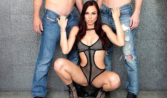 Сексуальная брюнетка попросила парней трахнуть её в обе дырк...