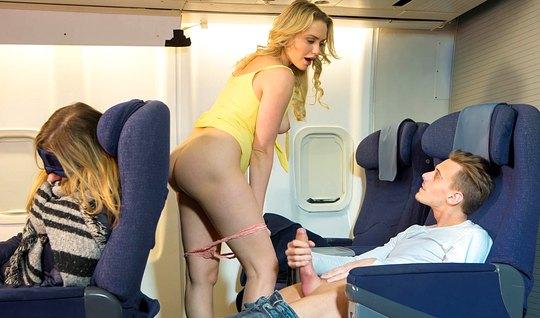 Парень прямо в самолёте трахнул развратную блондинку...