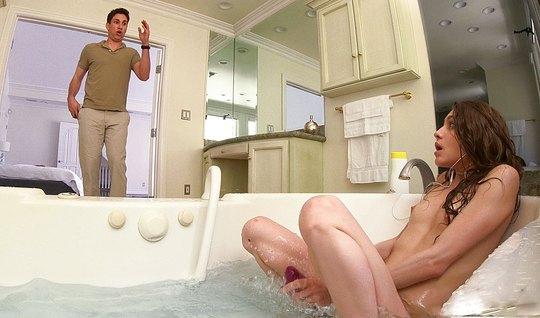 Молодая сучка раздвинула ноги сводному брату в ванной...