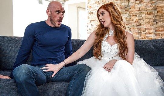 Рыжая шлюшка изменила мужу с лысым парнем прямо на свадьбе...