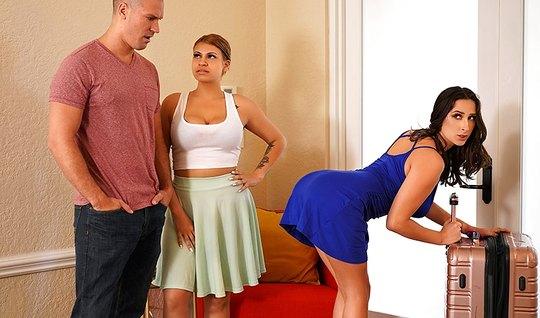 Мужик трахнул развратную сестру своей жены в спальне...