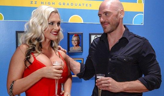 Блондинка с большими сиськами дала себя трахнуть лысому из б...