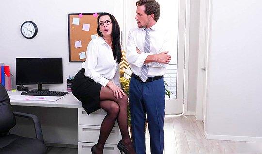 Небритый мужик трахается с красивой секретаршей в офисе на с...
